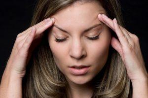 Частые головные боли - один из симптомов болезни