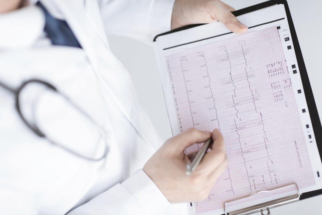 Диагноз ставится на основании осмотра врача-кардиолога и дополнительных методов обследования