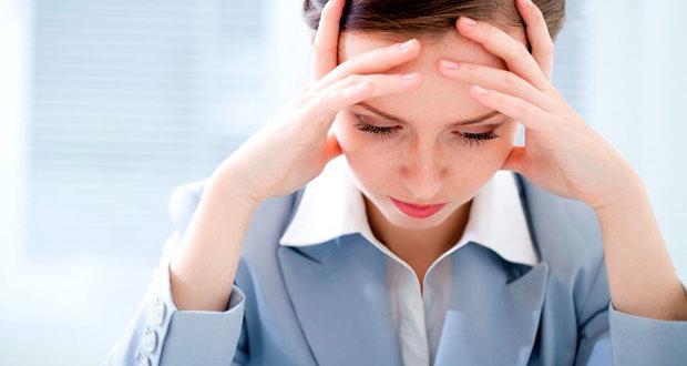 При недуге человек может ощущать сильную головную боль и головокружение сопровождающееся дезориентацией
