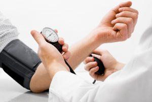 Повышенное давление - сопутствующий симптом недуга