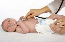 врач-осматривает-новорожденного