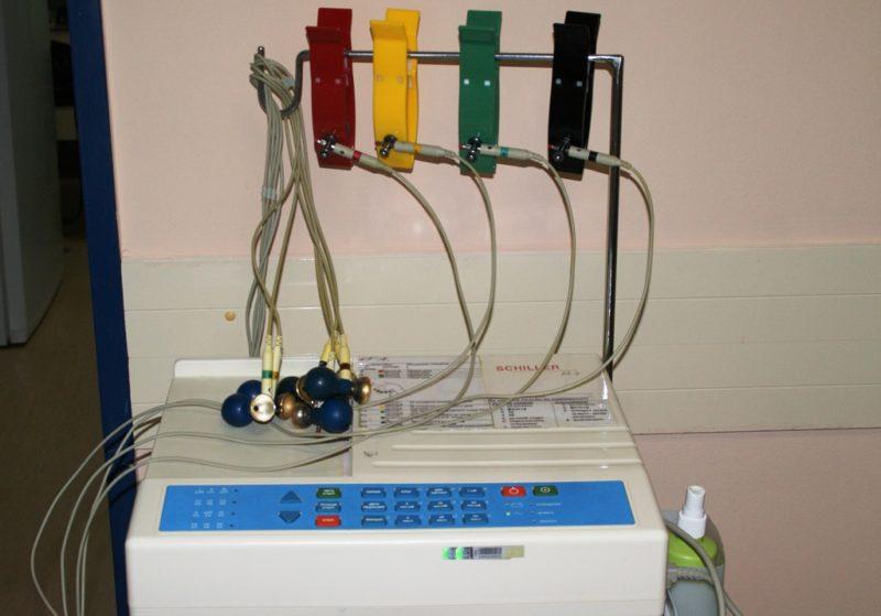 Специальные электроды крепятся к грудной клетке, кистям рук и голеням, результаты импульсов записываются на бумагу и расшифровываются специалистом