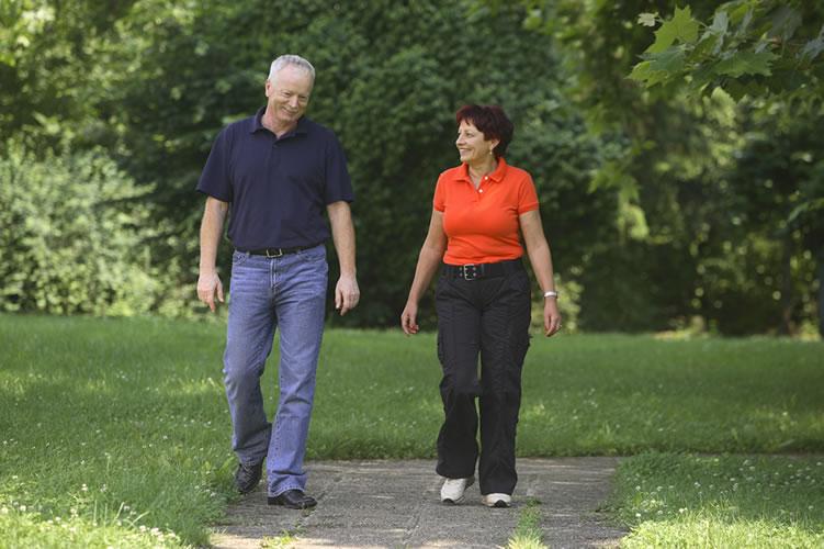 Следует избегать тяжелых физических нагрузок при заболевании сердца, и вместе с тем прогулки на воздухе пойдут на пользу