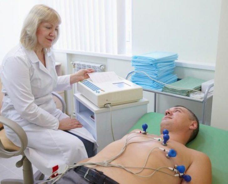 Проведение электрокардиограммы сердца у взрослого мужчины