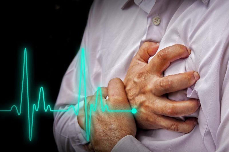 Острые боли в области сердца, один из признаков недуга