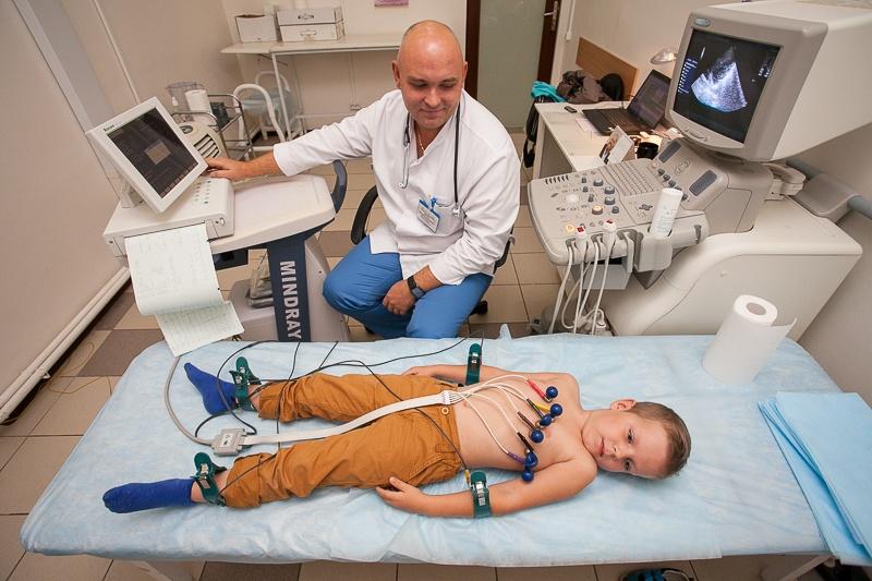 Процедура электрокардиографии проводится также как у взрослых, и вместе с тем показатели отличаются