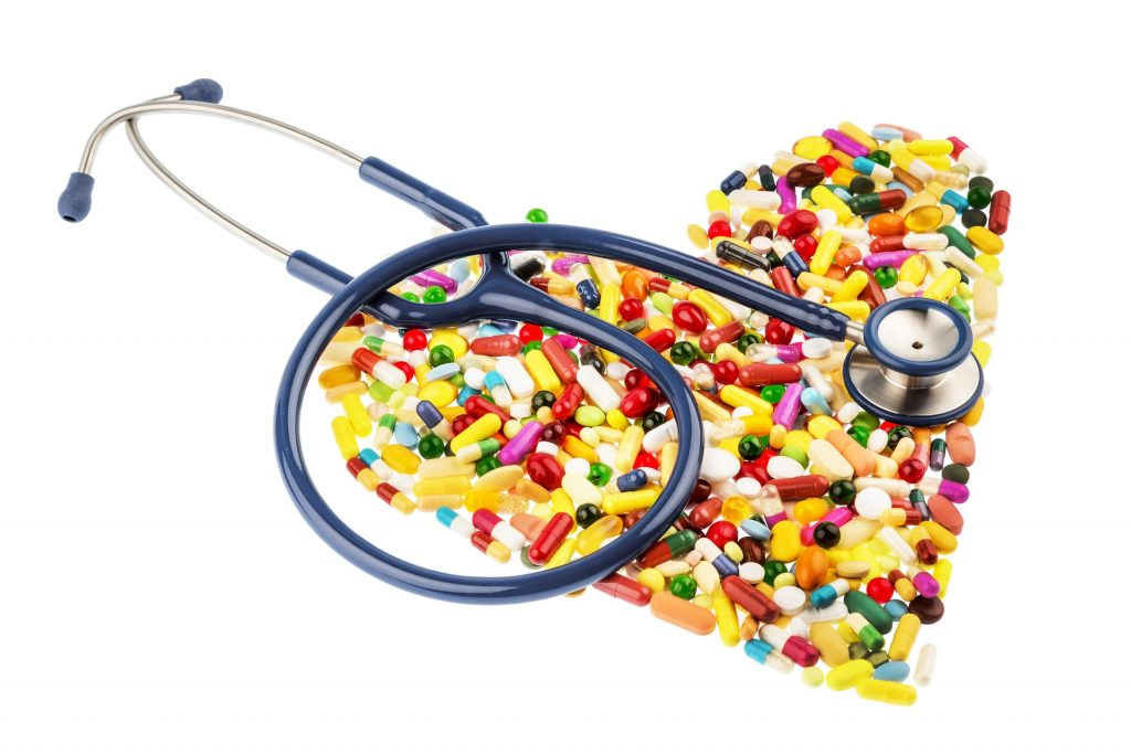 Чтобы помочь больному с приступом стенокардии необходимо в первую очередь уложить его на кровать и дать таблетку нитроглицерина